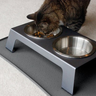 Cat eating from Petfusion feeder